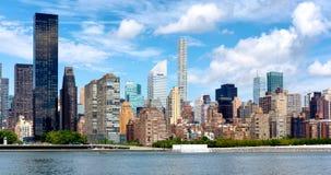 Oude flatgebouwen en moderne wolkenkrabbers in uit het stadscentrum Manhattan Stock Afbeeldingen