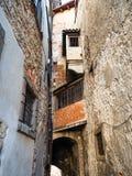 Oude flatgebouwen over smalle middeleeuwse straat royalty-vrije stock afbeelding