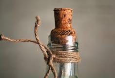 Oude fles met binnen cork en nota Stock Afbeeldingen