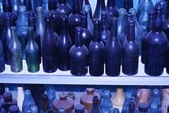 Oude flessen van diverse grootte Stock Fotografie