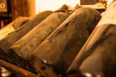 Oude flessen wijn in oude kelder Stock Fotografie