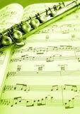 Oude fluit en muziekscore stock afbeelding