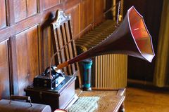 Oude fonograaf met hoorn op een lijst stock foto's
