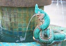 Oude fontein groene naga royalty-vrije stock fotografie