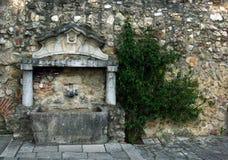 Oude fontein in het kasteel in het centrum van Lissabon Stock Foto