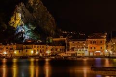 Oude fort en voorgevel van Omis bij nacht, Kroatië stock foto's