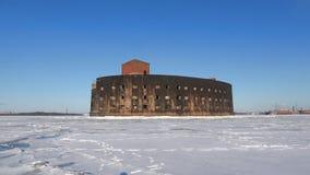 Oude Fort` Keizer Alexander I ` in de wateren van bevroren Kronstadt Zonnige de winterdag Rusland stock videobeelden