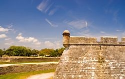 Oude fortmuur en droge gracht Stock Foto
