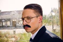 Oude foto van de ernstige mens in kostuum met een snor en glazen  royalty-vrije stock afbeelding