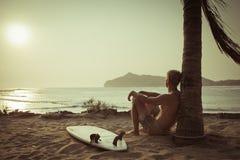 Oude foto van surfer dichtbij de palm Stock Afbeeldingen