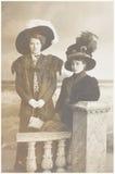 Oude foto van twee vrouwen Stock Afbeeldingen