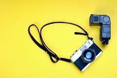 Oude fotocamera en flits Royalty-vrije Stock Afbeelding