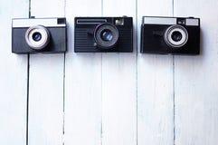 Oude fotocamera op een witte houten achtergrond Royalty-vrije Stock Foto