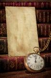 Oude fotodocument textuur, zakhorloge en boeken Royalty-vrije Stock Fotografie