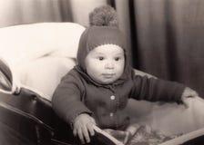 Oude fotografie van een kleine babyjongen in een kinderwagen Stock Foto's