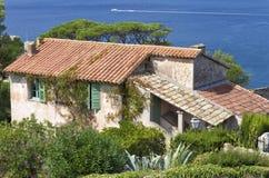 Oude Franse rustieke villa door het overzees met tuin Royalty-vrije Stock Afbeeldingen