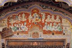 Oude fresko met Lord Krishna en vele historische helden op oude huismuur van Rajasthan royalty-vrije stock foto