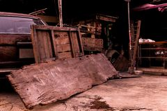 Oude garage retro auto, uitstekende auto stock fotografie