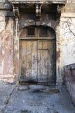 Oude garagedeur met gebarsten oprijlaan Stock Foto