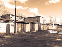 Oude garages op de rand van de stad Het landschap van Grunge Stock Afbeeldingen