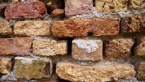 Oude geërodeerde bakstenen op de muur stock footage