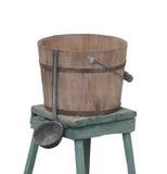 Oude geïsoleerde wateremmer en dipper Royalty-vrije Stock Fotografie