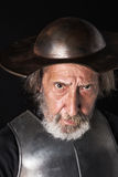 Oude gebaarde mens met breastplate en helm Royalty-vrije Stock Foto's