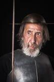 Oude gebaarde mens met breastplate en helm Royalty-vrije Stock Fotografie