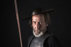 Oude gebaarde strijder met breastplate en helm Royalty-vrije Stock Fotografie
