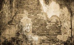 Oude gebarsten concrete uitstekende bakstenen muurachtergrond Royalty-vrije Stock Foto
