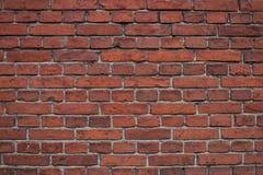 Oude, gebarsten, donkerrode bakstenen muurachtergrond Stock Afbeelding