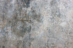 Oude gebarsten grijze concrete muurachtergrond Stock Fotografie