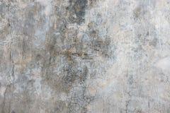 Oude gebarsten grijze concrete muurachtergrond Stock Afbeelding