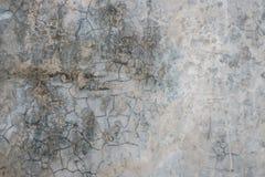 Oude gebarsten grijze concrete muurachtergrond Royalty-vrije Stock Afbeelding