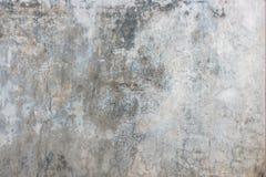 Oude gebarsten grijze concrete muurachtergrond Royalty-vrije Stock Afbeeldingen