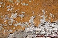 Oude gebarsten muurtextuur met bakstenen Stock Afbeelding