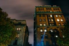 Oude gebouwen bij nacht in Mount Vernon, Baltimore, Maryland stock fotografie