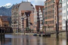 Oude gebouwen dichtbij het water in Hamburg stock afbeelding