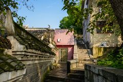 Oude gebouwen door steentrap op helling in zonnige ochtend stock foto