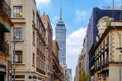Oude gebouwen en de moderne Latijns-Amerikaanse toren in het historische centrum van Mexico-City stock fotografie