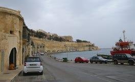 Oude gebouwen en Victoria Cate in de Grote Haven van Valletta Stock Fotografie