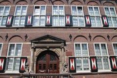 Oude gebouwen in het stadscentrum van Dordrecht, dat één van de belangrijke steden in Nederland tijdens de gouden leeftijd was stock afbeelding