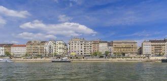 Oude gebouwen van Boedapest op de Donau stock afbeeldingen