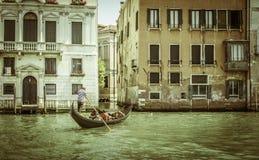 Oude gebouwen in Venetië Boten in het kanaal worden vastgelegd dat Gondol Stock Afbeeldingen