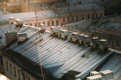 Oude gebouwendaken met satellieten in het centrum van heilige-Petersburg Rusland Royalty-vrije Stock Foto's