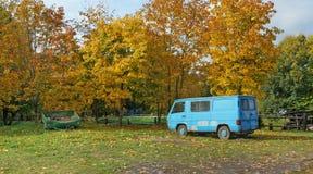 Oude gebrekkig geen naamauto's is vergeten in een stortplaats in de herfst stock afbeeldingen