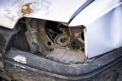 Oude gebroken auto zonder koplamp stock fotografie