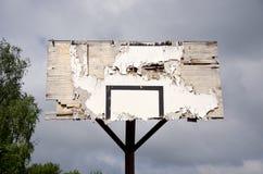 Oude gebroken basketbalrugplank Stock Foto's
