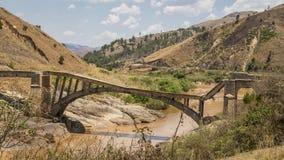 Oude gebroken brug op een modderige rivier Royalty-vrije Stock Foto