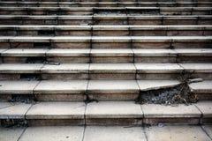 Oude gebroken concrete trapstap royalty-vrije stock afbeelding